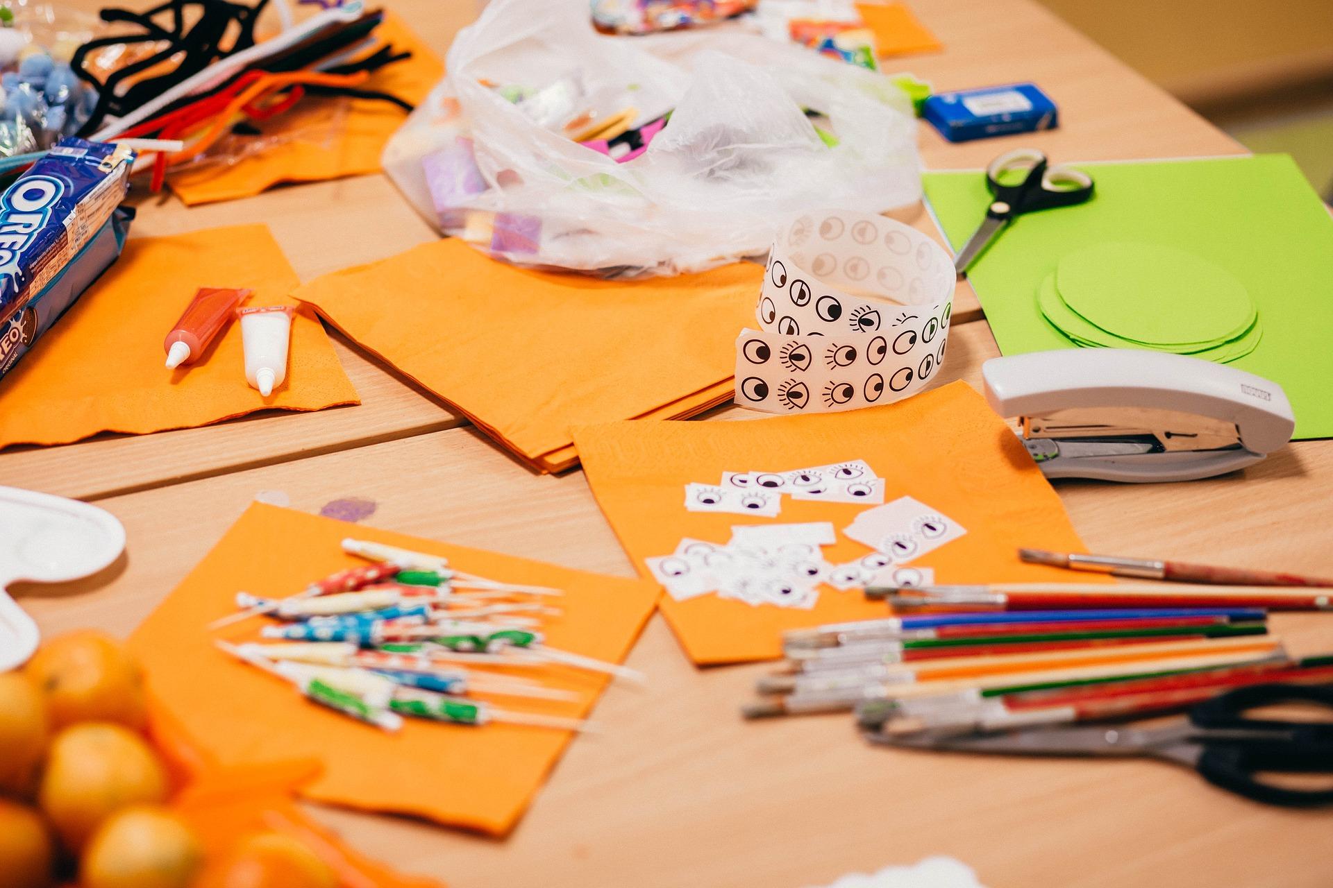 Loisirs - Table garnie de crayons, stickers