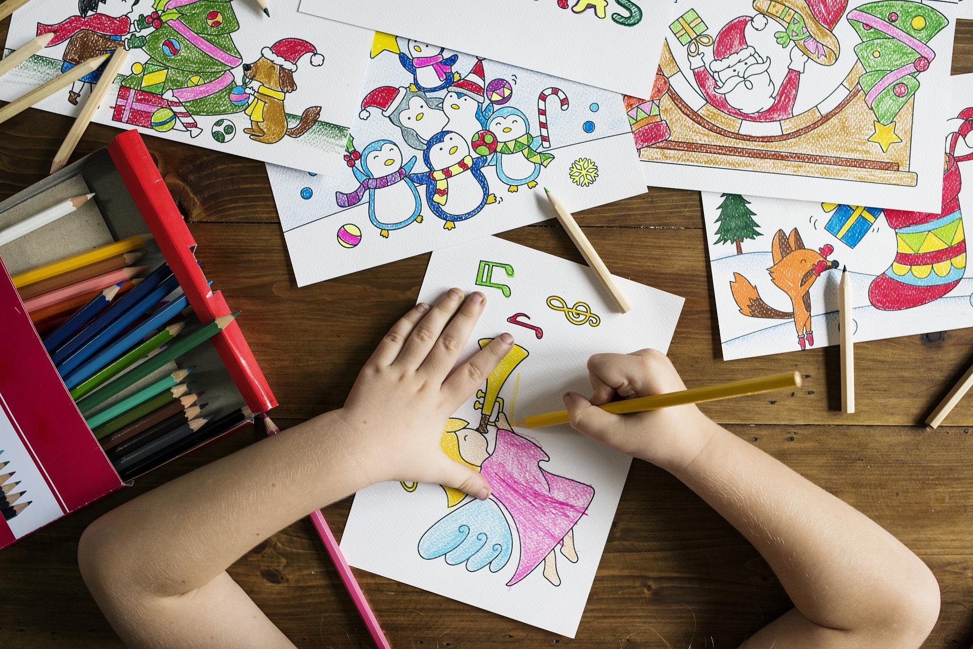 Loisirs - Mains d'enfants en train de dessiner