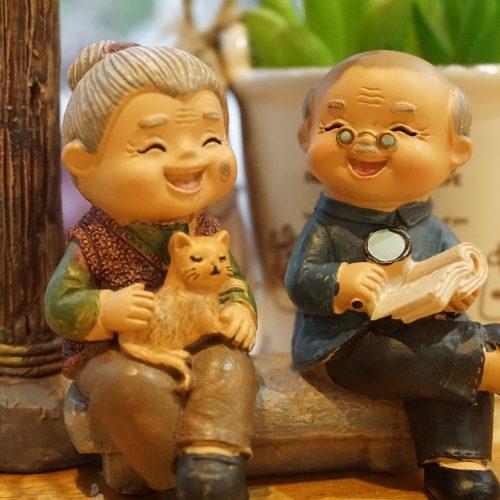 Culture - Banc de 2 personnes âgées sur un banc