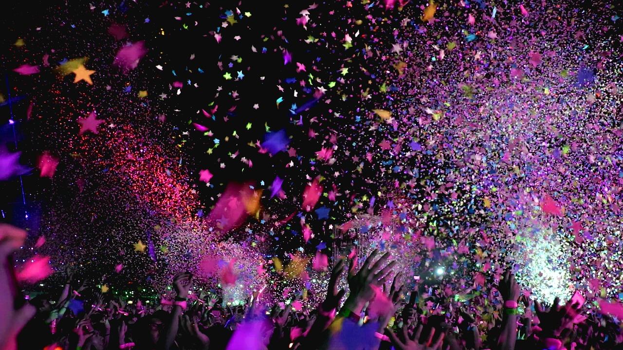 fête avec acclamations et confettis